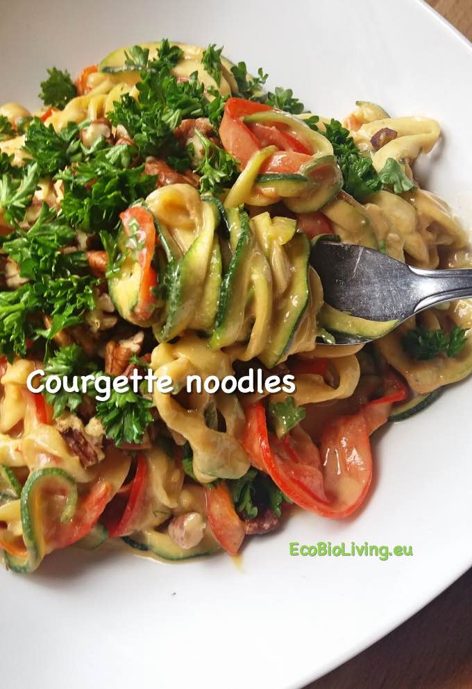 Courgette noodles met paprikaslierten en asian dressing